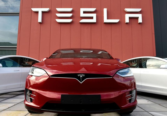 Thời tới cản không kịp, Tesla nhập hội đại gia SP 500 - 1