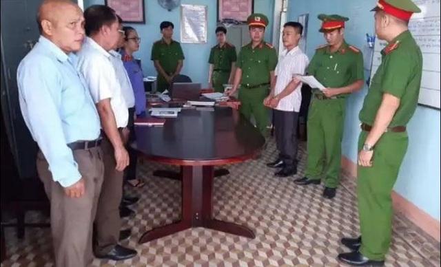 Bắt Phó Ban chỉ huy quân sự xã nhận hối lộ của lâm tặc - 1