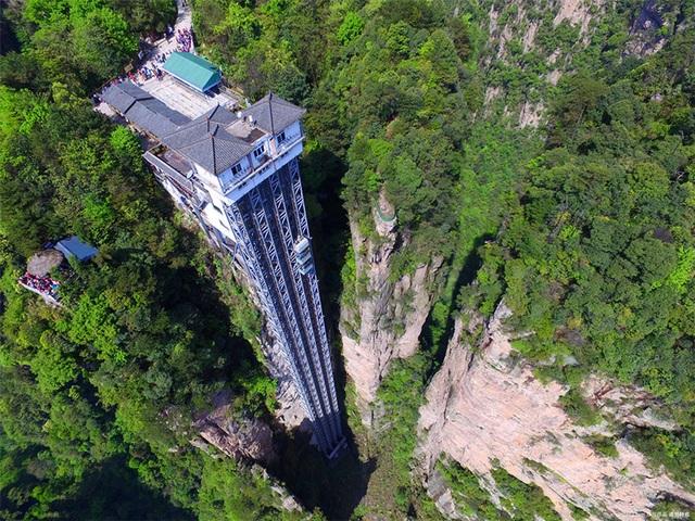 Choáng với thang máy ngoài trời cao nhất thế giới chênh vênh bên vách đá - 1