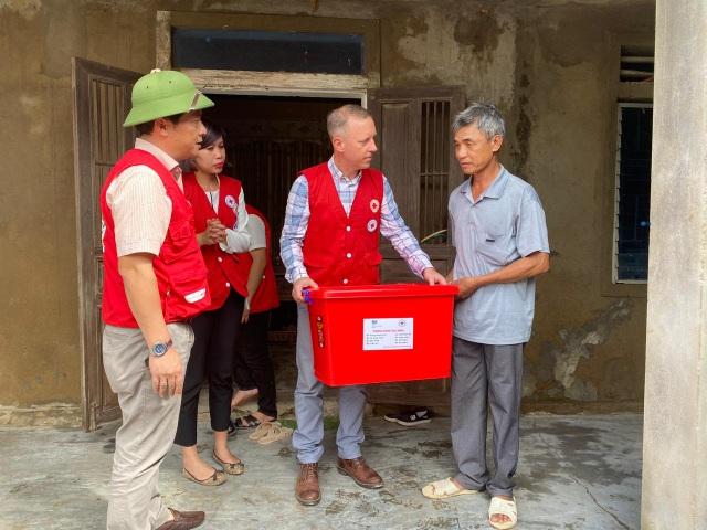 Đại sứ Anh thăm hỏi, tặng quà người dân vùng lũ tại Quảng Bình - 1