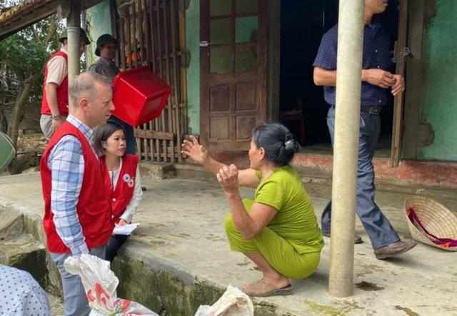 Đại sứ Anh thăm hỏi, tặng quà người dân vùng lũ tại Quảng Bình - 2