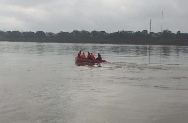 Trắng đêm tìm người lái đò rơi xuống sông Lam - 1
