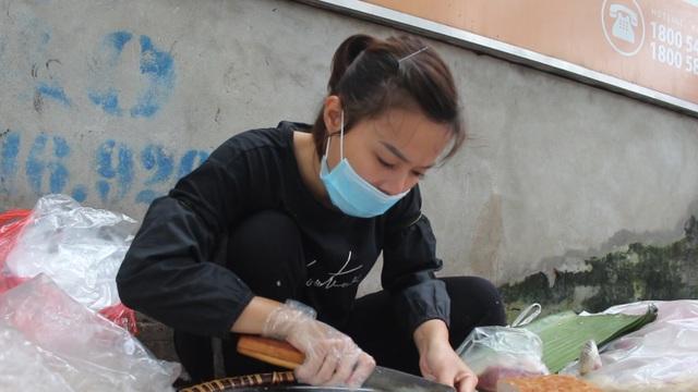 """Kỹ nghệ gói xôi nhanh như """"chớp"""" giúp bà chủ Hà Nội bán cả tạ gạo mỗi ngày - 2"""