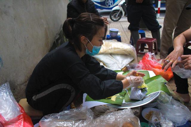 """Kỹ nghệ gói xôi nhanh như """"chớp"""" giúp bà chủ Hà Nội bán cả tạ gạo mỗi ngày - 7"""
