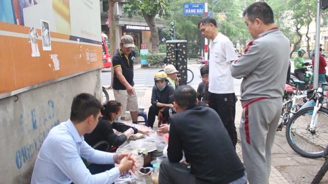 """Kỹ nghệ gói xôi nhanh như """"chớp"""" giúp bà chủ Hà Nội bán cả tạ gạo mỗi ngày - 8"""