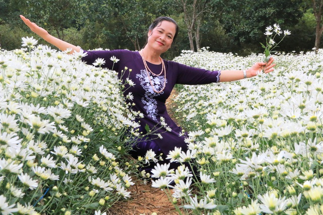 Chrysanthemum garden attracts thousands of people who come to take pictures and do not want to return to Ninh Binh - 5