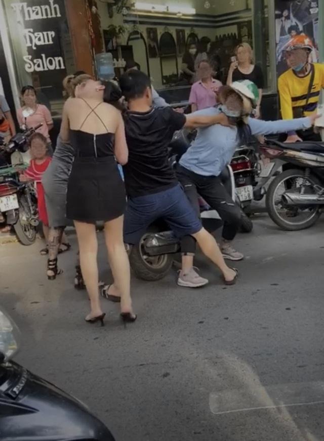 """Vụ đánh ghen tàn bạo ở Huế: Cư dân mạng """"dậy sóng"""" trước hàng loạt clip  - 2"""