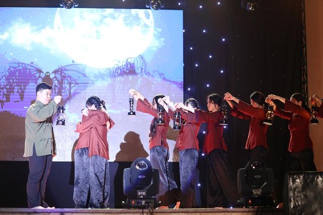 Học sinh THPT Chu Văn An thăng hoa trong đêm nhạc đầy cảm xúc - 8