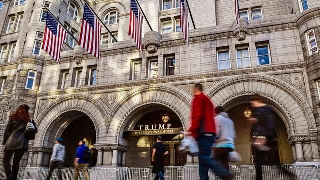 """Tổng thống Trump """"mắc kẹt"""" với thương vụ rao bán khách sạn gần Nhà Trắng - 1"""