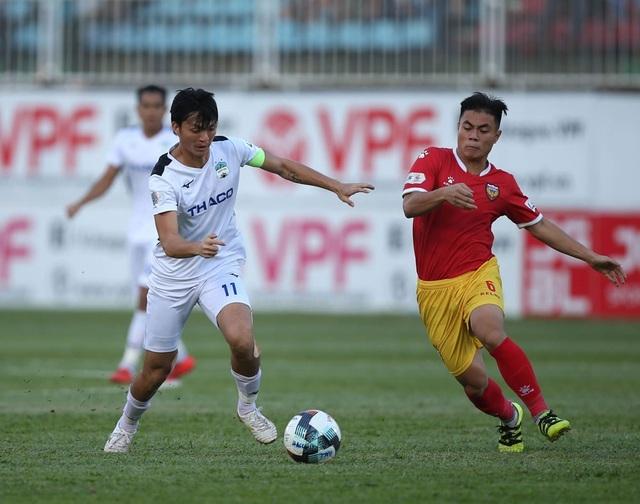 Bầu Đức chiêu mộ HLV Kiatisuk: Tín hiệu mừng với bóng đá Việt Nam - 2