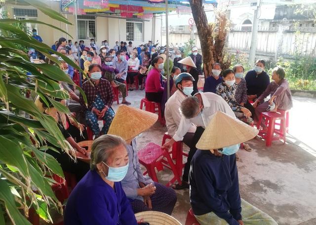 Khám, phát thuốc miễn phí và tặng quà cho 400 người già - 2
