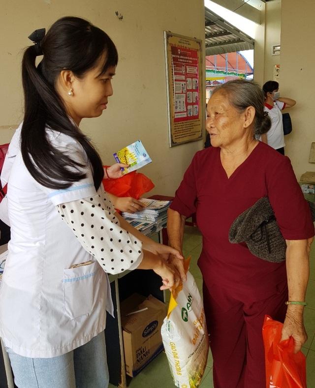 Khám, phát thuốc miễn phí và tặng quà cho 400 người già - 4