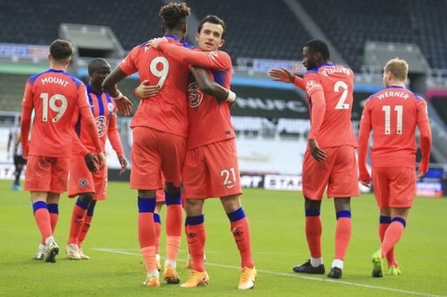 Chelsea vươn lên dẫn đầu bảng Premier League - 1