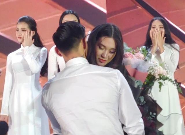 Đoàn Văn Hậu tặng hoa và ôm an ủi bạn gái tin đồn Doãn Hải My - 3