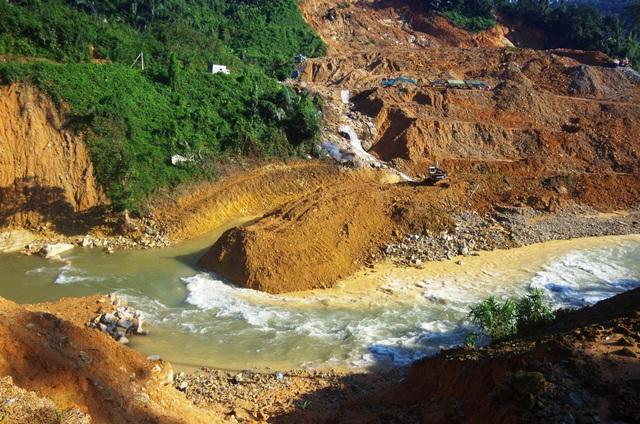 Đắp đập dài 15m tại sông Rào Trăng 3 để tìm kiếm nạn nhân vụ sạt lở - 3