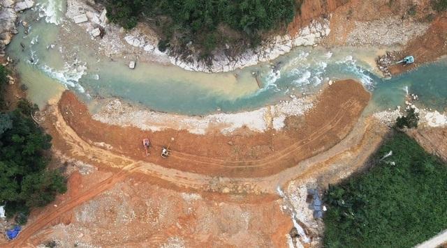 Đắp đập dài 15m tại sông Rào Trăng 3 để tìm kiếm nạn nhân vụ sạt lở - 4