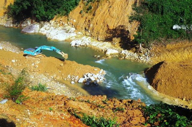 Đắp đập dài 15m tại sông Rào Trăng 3 để tìm kiếm nạn nhân vụ sạt lở - 1