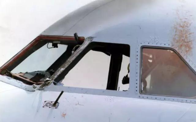 Phi công bị hút ra khỏi buồng lái giữa chuyến bay vẫn sống sót thần kỳ - 4