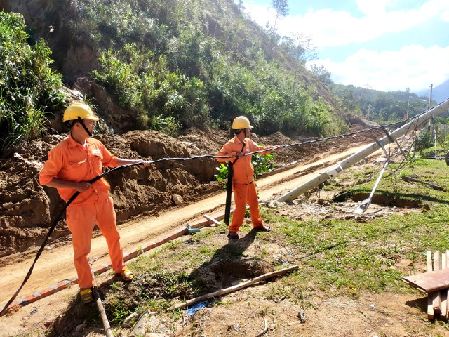 Nỗ lực kéo điện phục vụ người dân vùng sạt lở, cô lập ở Phước Sơn - 2