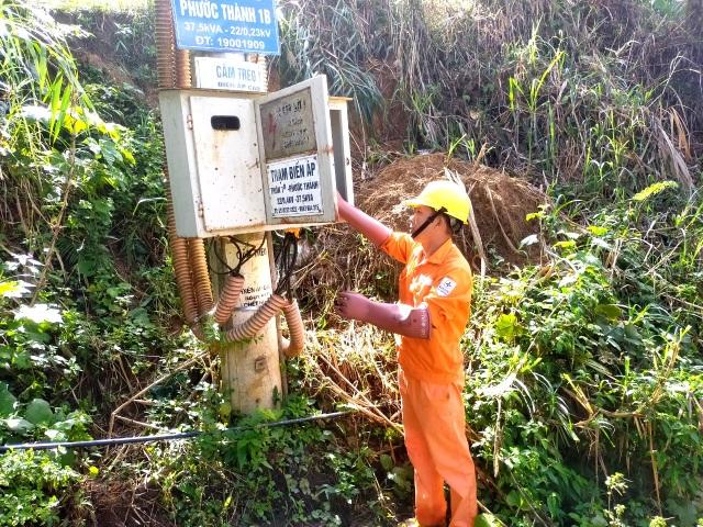 Nỗ lực kéo điện phục vụ người dân vùng sạt lở, cô lập ở Phước Sơn - 3
