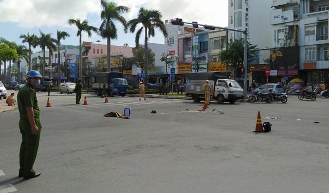 Một phụ nữ bị xe cán tử vong khi dừng đèn đỏ trên đường phố Đà Nẵng - 1