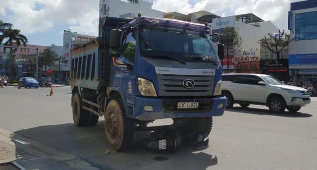 Một phụ nữ bị xe cán tử vong khi dừng đèn đỏ trên đường phố Đà Nẵng - 2