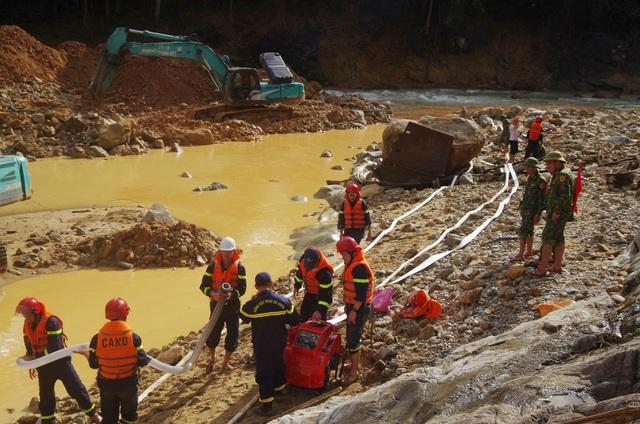 Tìm thấy áo quần, vật dụng của công nhân dưới lòng sông Rào Trăng - 1