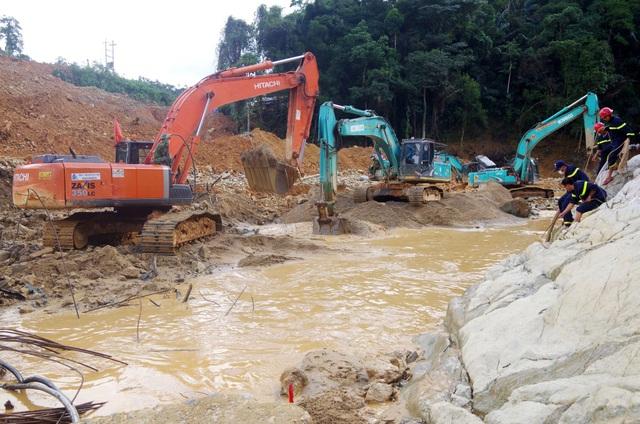 Tìm thấy áo quần, vật dụng của công nhân dưới lòng sông Rào Trăng - 4