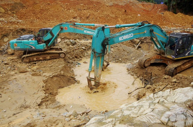 Tìm thấy áo quần, vật dụng của công nhân dưới lòng sông Rào Trăng - 7