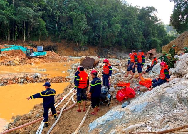 Tìm thấy áo quần, vật dụng của công nhân dưới lòng sông Rào Trăng - 9
