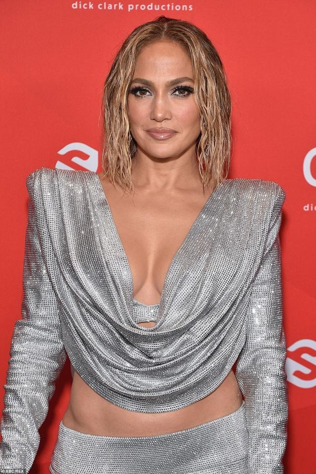 Jennifer Lopez trẻ đẹp đáng ngưỡng mộ khi đọ dáng với đàn em