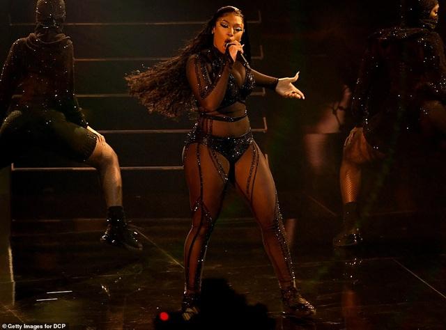 """Những màn trình diễn """"nóng bỏng"""" tại lễ trao giải AMAs 2020 - 10"""