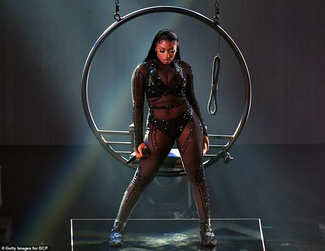 """Những màn trình diễn """"nóng bỏng"""" tại lễ trao giải AMAs 2020 - 9"""