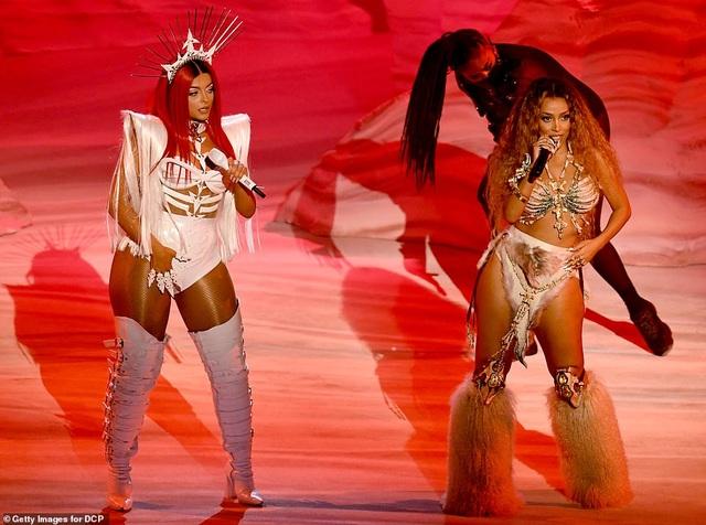 """Những màn trình diễn """"nóng bỏng"""" tại lễ trao giải AMAs 2020 - 13"""