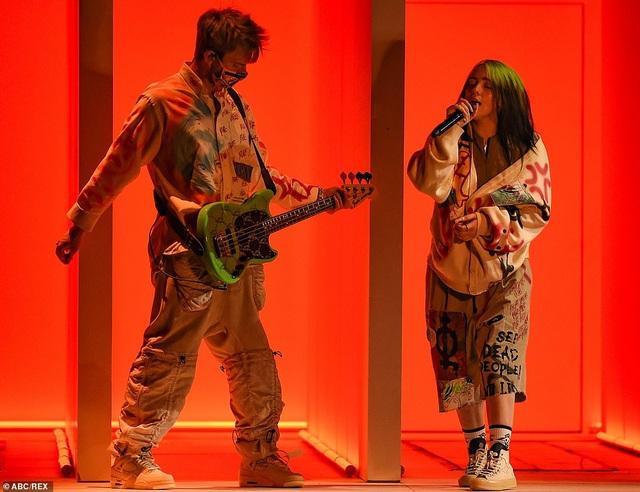 """Những màn trình diễn """"nóng bỏng"""" tại lễ trao giải AMAs 2020 - 16"""