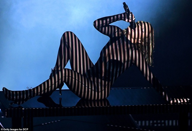 """Những màn trình diễn """"nóng bỏng"""" tại lễ trao giải AMAs 2020 - 1"""