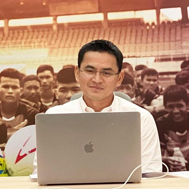 Bầu Đức bật mí lương của HLV Kiatisuk còn cao hơn tiết lộ từ báo Thái Lan - 1