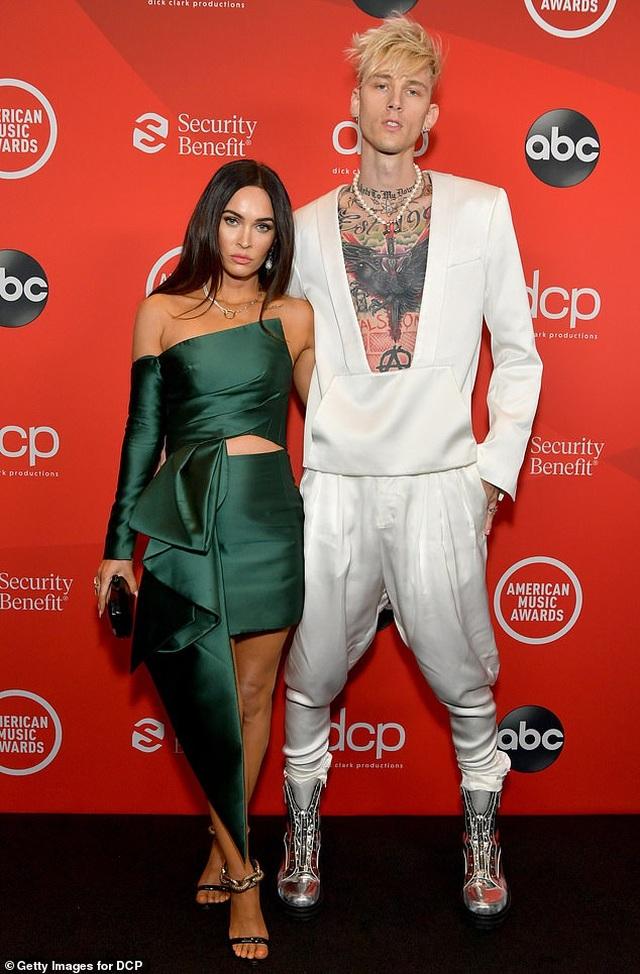 Megan Fox gợi cảm bên bạn trai kém tuổi - 2