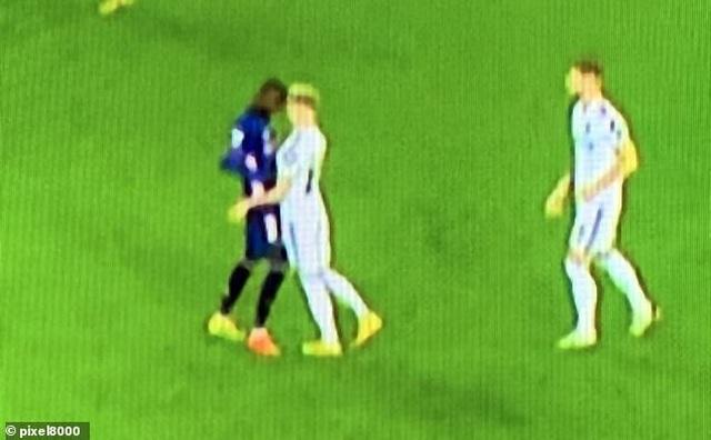 Bắt chước Zidane húc đầu, sao Arsenal bị dân mạng ném đá tơi bời - 1