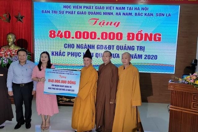 Thượng toạ Thích Thanh Quyết trao 2 tỷ đồng ủng hộ đồng bào miền Trung - 1