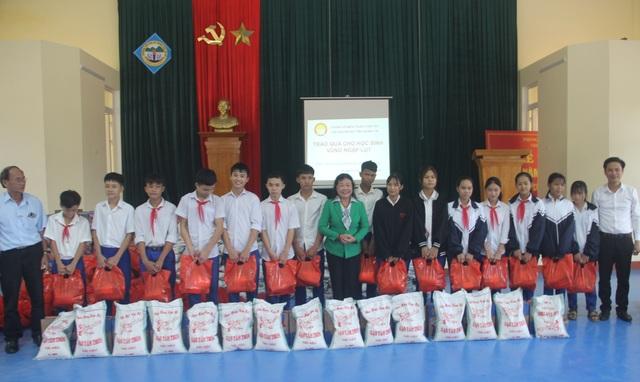 Quảng Trị: Trao hàng trăm suất quà, học bổng đến học sinh miền núi khó khăn - 2