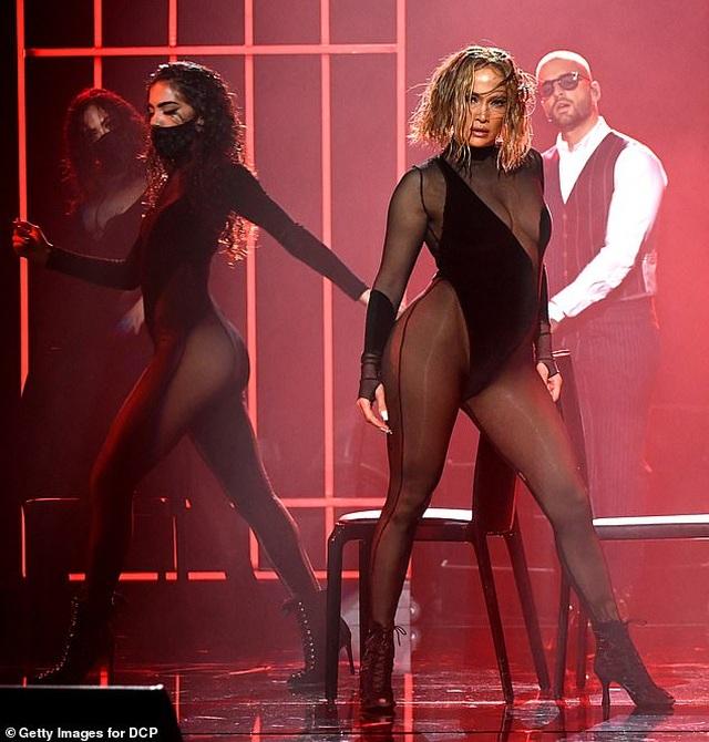 Fans tố Jennifer Lopez bắt chước màn diễn của Beyonce - 2