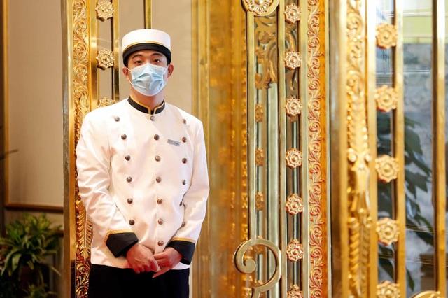 Báo Anh đăng tải bộ ảnh chụp bên trong khách sạn dát vàng ở Hà Nội - 4