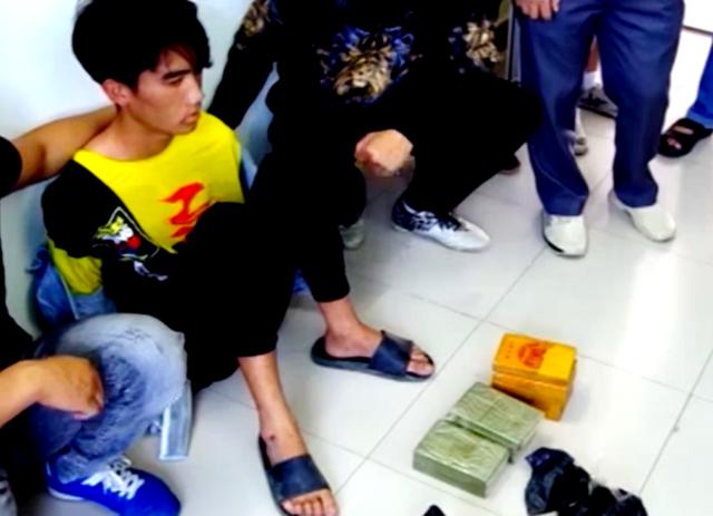 Bắt hai thanh niên vận chuyển 30 bánh heroin - 2