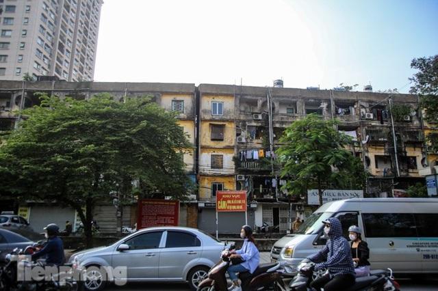 Cận cảnh các chung cư trước nguy cơ đổ sập bất cứ lúc nào ở Hà Nội - 1