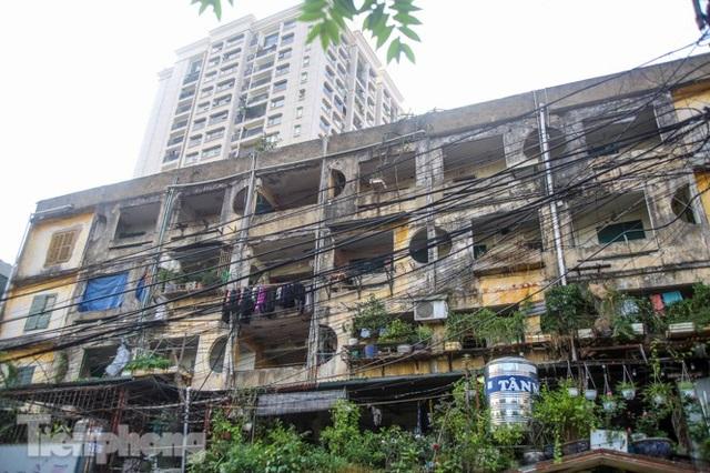 Cận cảnh các chung cư trước nguy cơ đổ sập bất cứ lúc nào ở Hà Nội - 11