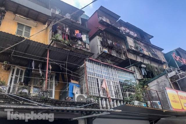 Cận cảnh các chung cư trước nguy cơ đổ sập bất cứ lúc nào ở Hà Nội - 12