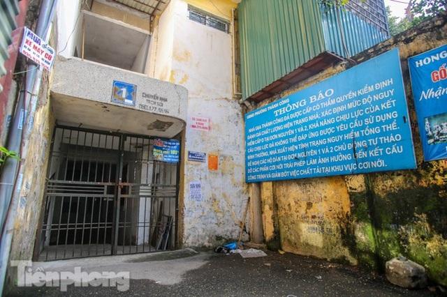 Cận cảnh các chung cư trước nguy cơ đổ sập bất cứ lúc nào ở Hà Nội - 13