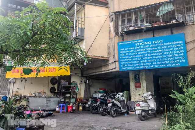 Cận cảnh các chung cư trước nguy cơ đổ sập bất cứ lúc nào ở Hà Nội - 14