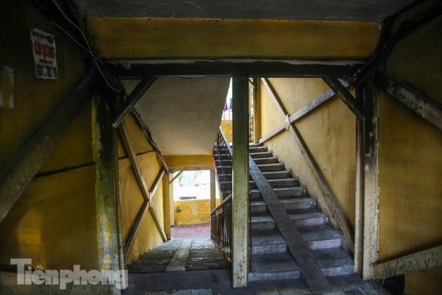 Cận cảnh các chung cư trước nguy cơ đổ sập bất cứ lúc nào ở Hà Nội - 17